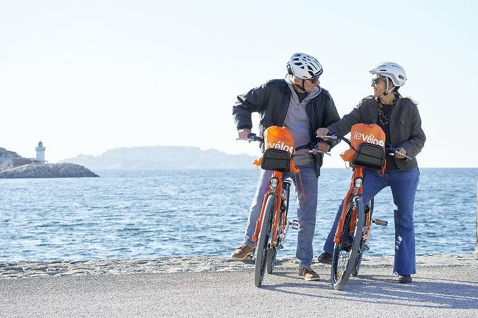 Couple à Marseille en vélo électrique.jp