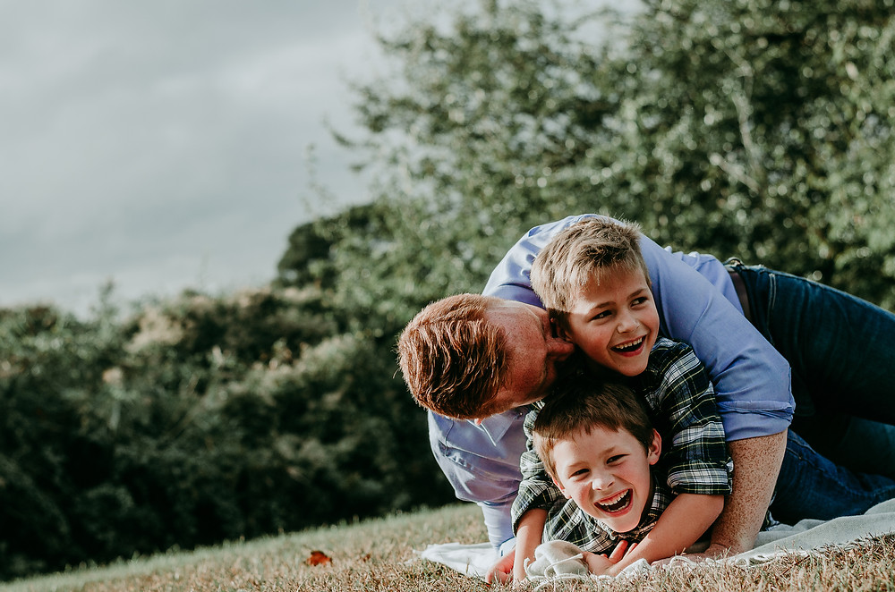 Dad and sons playing on a blanket at Harkness Memorial State Park | dacia vu photography | New London County, CT Family and Newborn photographer