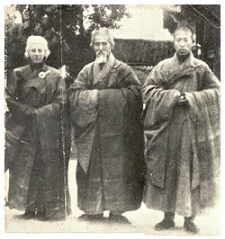 Master Hsu Yun (in the middle)