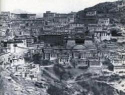 Gaden Monastery before destruction, 1959.jpg