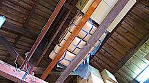 木造の高いところへ高温多湿を避け風通しの良いところに保管しています。
