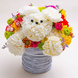 白いカーネーションの生花で作った犬のアニマルフラワー