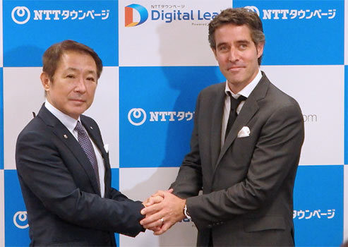 握手するNTTタウンページの酒井紀雄社長(左)とWix.comのニール・ゾハールCOO