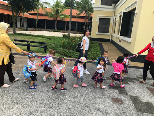 Little children go strolling!