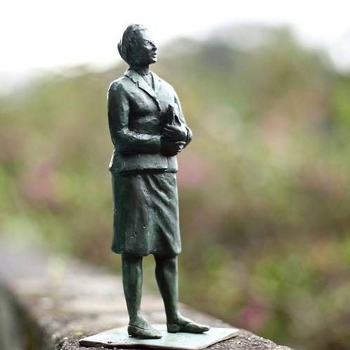 Estatueta de Simone de Beauvoir  ***sob encomenda  prazo de 1 mês aproximadament