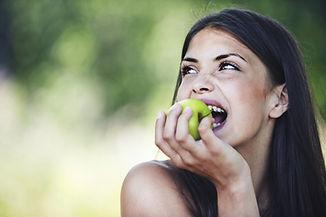 comiendo la manzana