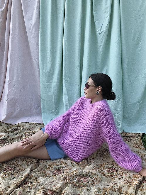 Объемный свитер из пушистого мохера ишерсти в ярко-розовом цвете.