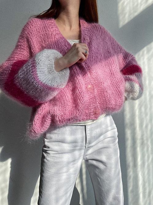 Объемный кардиганс контрастными рукавами в розовомцвете.