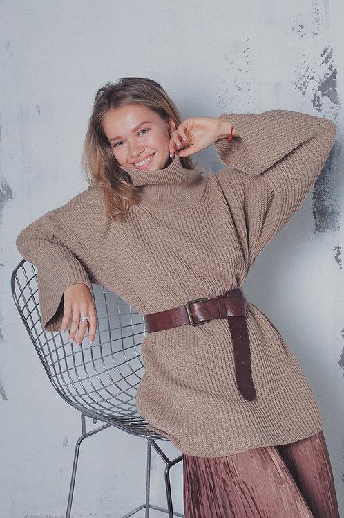 Объемный свитер из шерсти с высоким горлом в цвете беж.