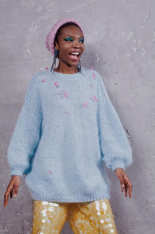 Объемный свитер из пушистого мохера ишерсти в голубом цвете.