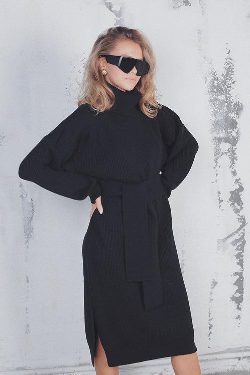Платьеиз шерсти с высоким горлом в черном цвете.