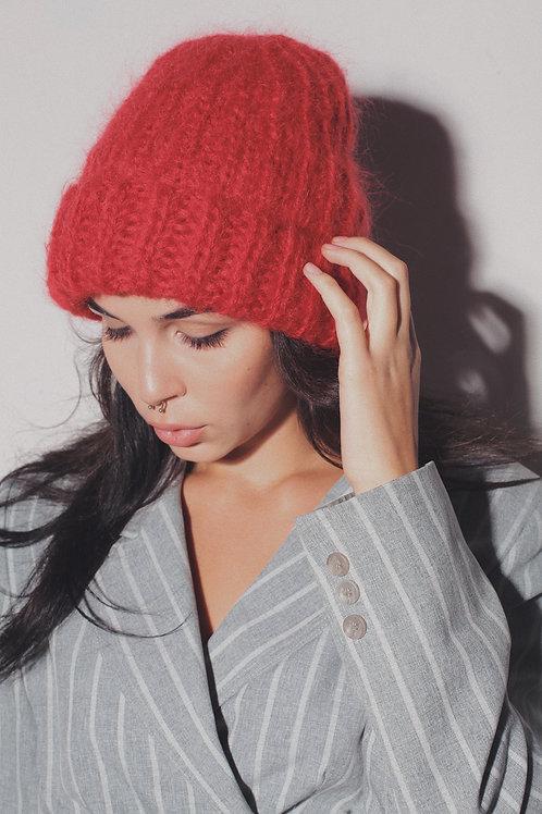 Обьемная шапка из пушистого мохера и шерсти в красном цвете.