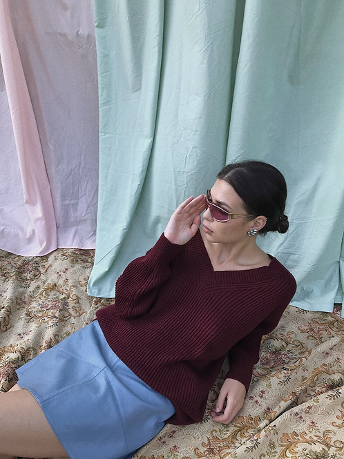 Объемный свитер из мериноса с вырезами на груди и спине в цвете бордо.