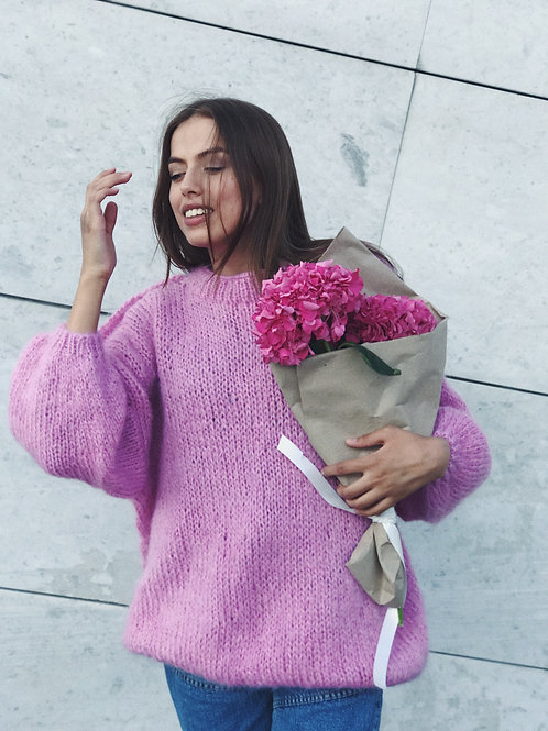 Объемный свитер из пушистого мохера ишерсти в розовом цвете.