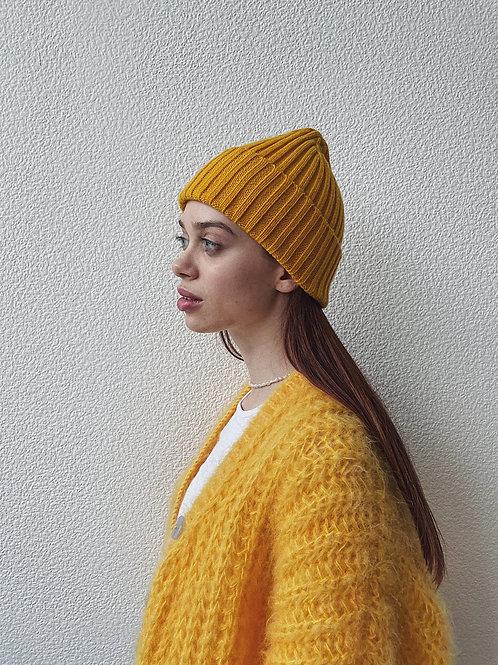 Мягкая обьемнаяшапка из мериносовой шерсти в желтомцвете.