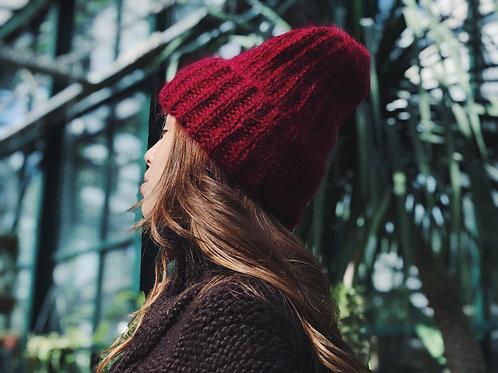 Обьемная шапка из пушистого мохера и шерсти в цвете бордо.