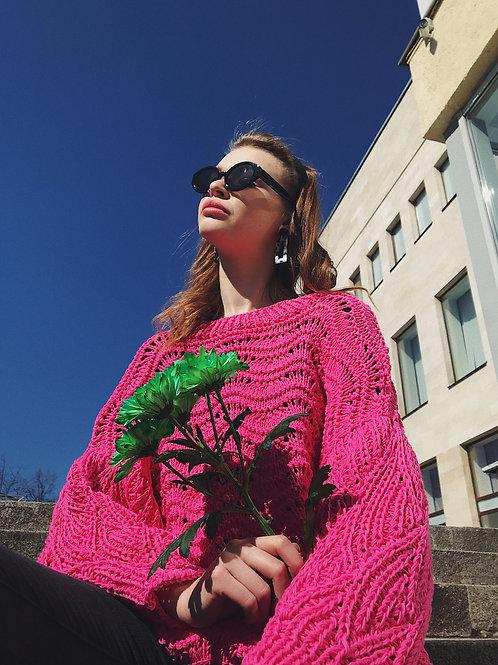 Ажурный свитер-оверсайз ручной вязки в цвете фуксия