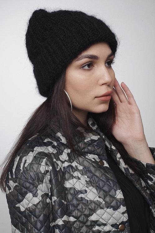 Объемная шапка из пушистого мохера и шерсти в черном цвете.