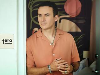 Fonseca estrena 'Tú 1ero', un sencillo sobre el primer paso en el amor.