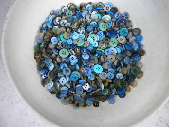 אוסף כפתורים כחולים וירוקים