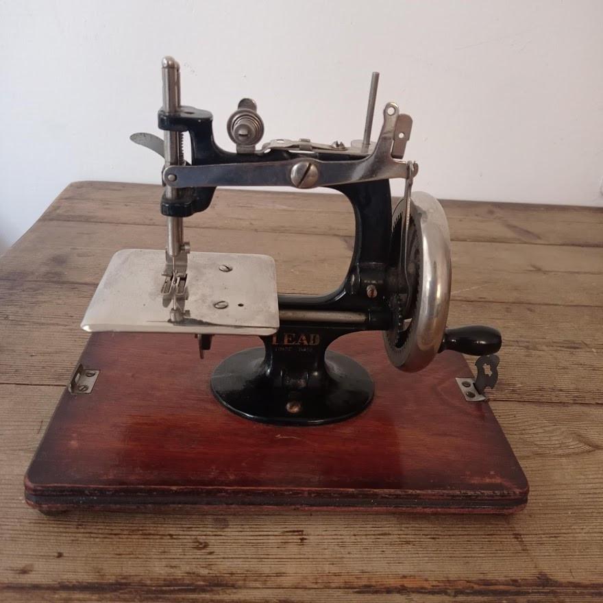 Mini vintage sewing machine
