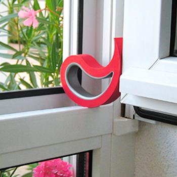 Imagen de uso de un Stoppy sujetando una ventana abierta
