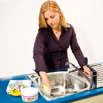Imagen de uso, limpiando un fregadero de acero inoxidable con Bio-mex
