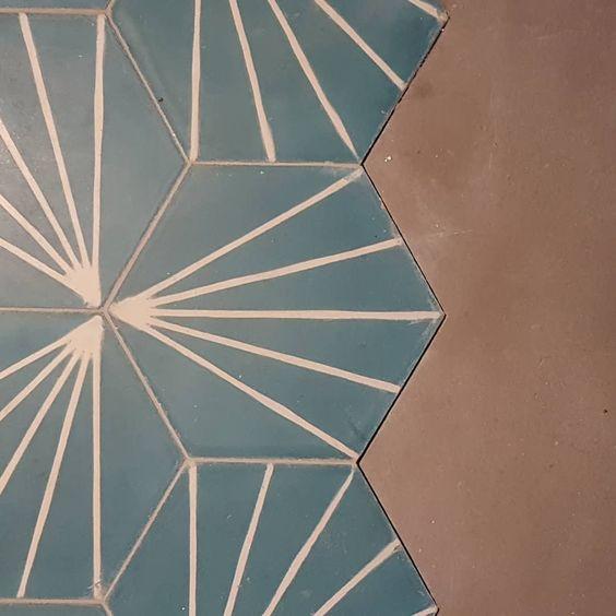 Assemblage de carreaux de ciments et de panneaux Viroc au sol