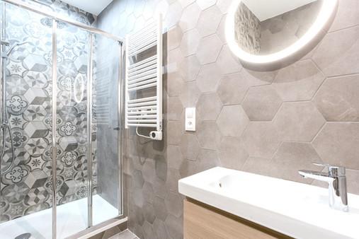 Salle de douche beige carrelage hexagonal