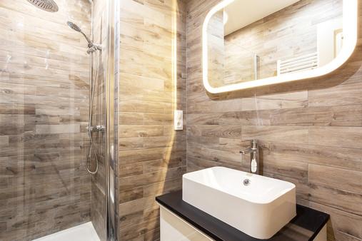 Salle de douche carrelage bois