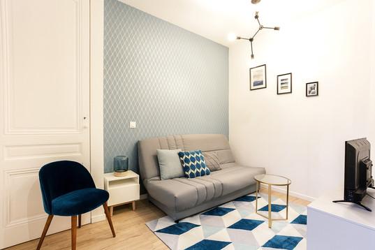 Séjour mur bleu motifs graphiques
