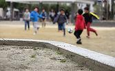 写真:グラウンドで遊ぶ子どもたち