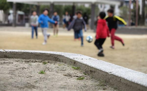 写真:サッカーで遊ぶ子どもたち