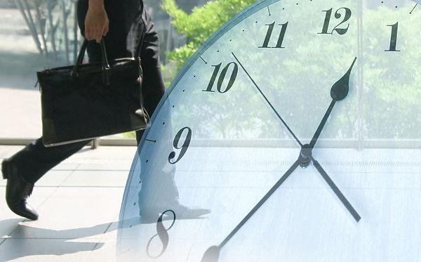 写真:働く人と時計