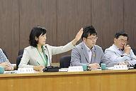 写真:委員会にて挙手するたけのうち有美
