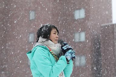雪の降る中、選挙活動するたけのうち有美