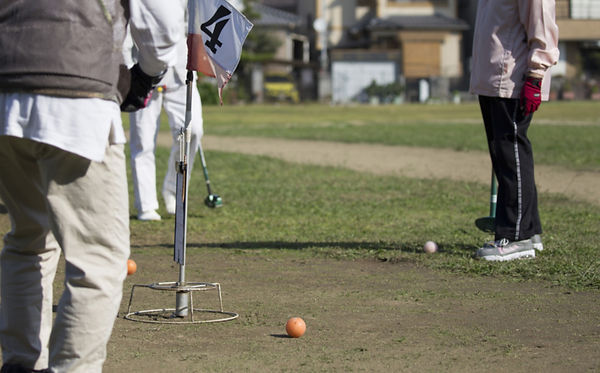 写真:グラウンド・ゴルフをする高齢者