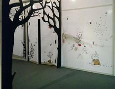 Instalación e Ilustraciones aplicadas al espacio / pasillo principal