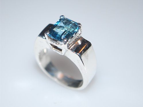 LR1022 9 x 7 Emerald cut silver ring