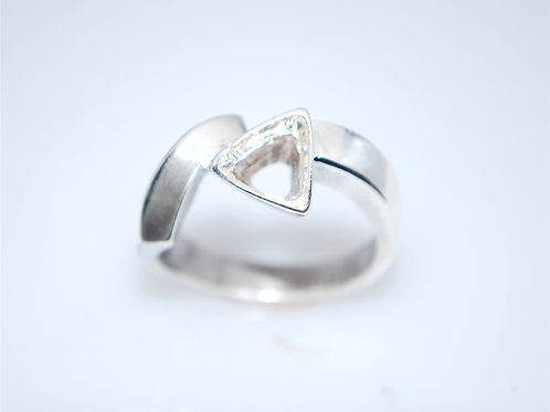 LR0707  6x6 trillian center silver ring size 10