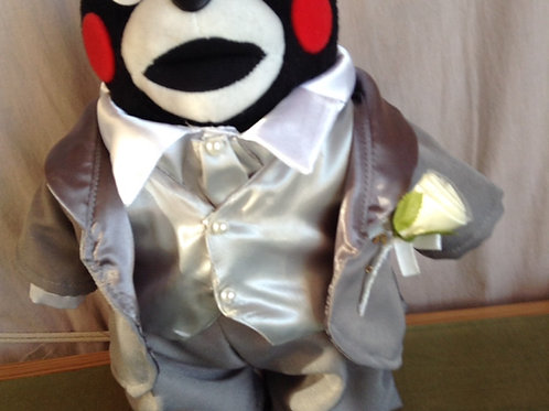 身長25cmの「くまモン立ち姿ver」に着せられるタキシードとドレス(シャツのみオーダー作成)