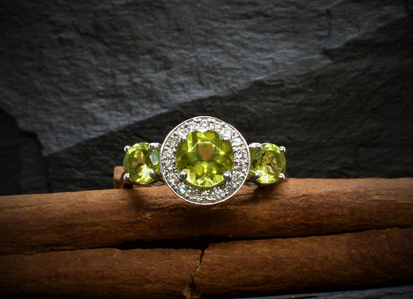 Halo-Ring 750er Weißgold mit Peridot & Diamantbesatz, Gr. 57