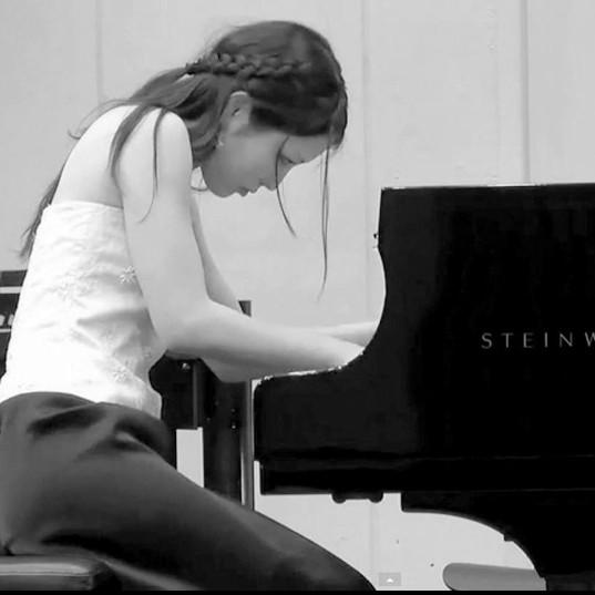 ピアノさゆり白黒.jpg