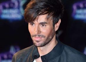 Enrique Iglesiasek leku arraro bat aukeratu du bere Billboard Latino saria erakusteko
