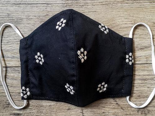Schutzmaske Schwarz mit weissen gestickten Blumen