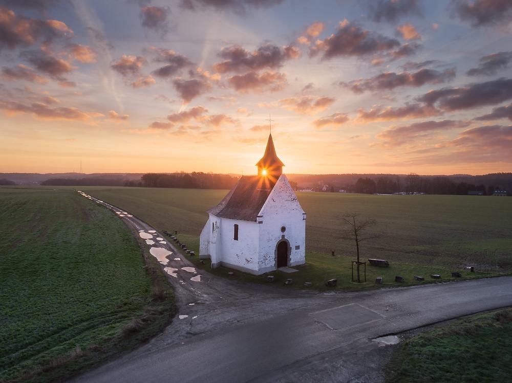 Lever de soleil à la chapelle du try au chêne à Bousval