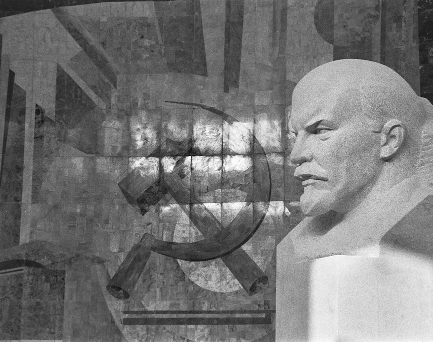 A%20bust%20of%20Lenin%20and%20a%20mosaic