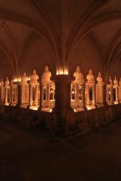 Cloître illuminé aux bougies