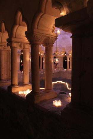 Le cloître illuminé aux bougies