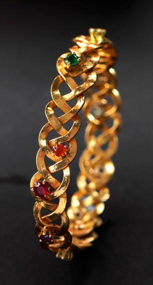 Armring i 24k guld med safirer, smaragd & rubin